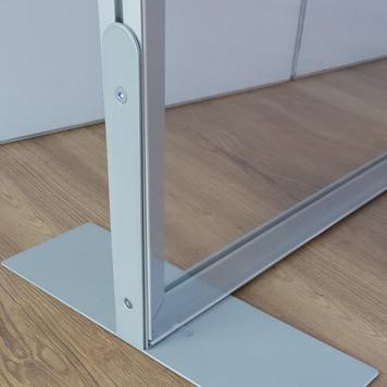 Ścianka działowa z aluminiową ramą z przezroczystym banerem