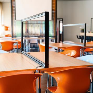"""Ścianka działowa na biurko """"Desk"""" z przezroczystym bannerem"""